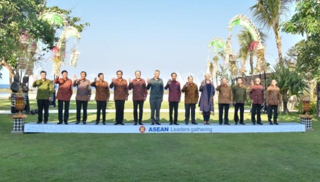 Para Kepala Negara/Pemerintahan ASEAN berfoto bersama sebelum dimulainya Asean Leaders gathering, di Hotel Sofitel, Nusa Dua, Bali, Kamis (11/10). (Foto: Anggun/Humas)