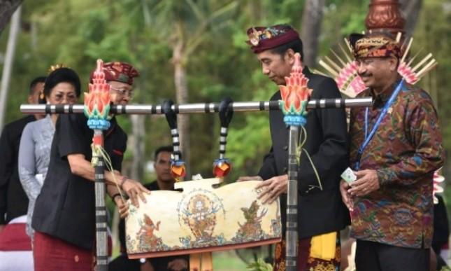 Presiden Jokowi didampingi Menteri Pariwisata dan Gubernur Bali membuka Karnaval Budaya Bali, di BNDCC, Nusa Dua, Bali