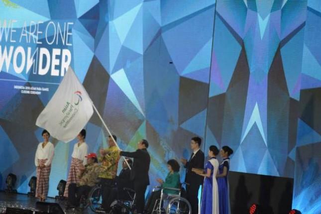 Upacara serah terima bendera Asian Paralympic Comitte di closing ceremony Asian Para Games 2018 pada Sabtu (13/10/2018)