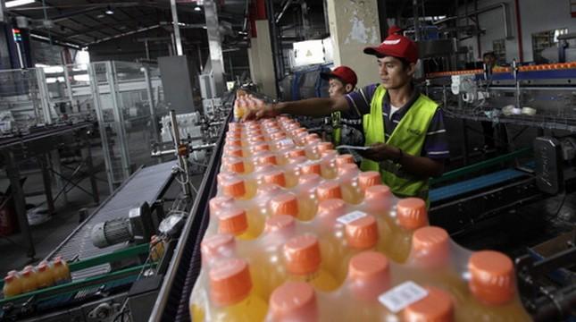 Ilustrasi pabrik minuman. (Dimas Ardian/Bloomberg)