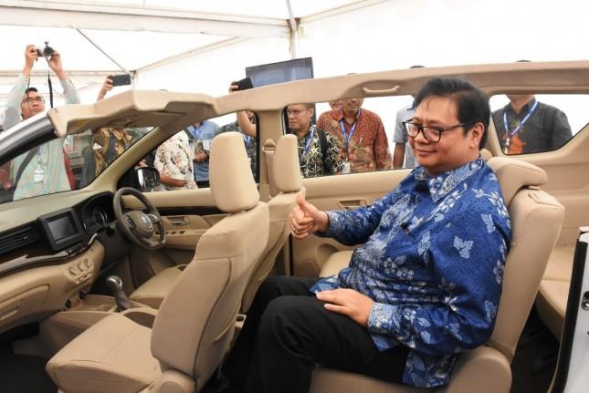 Menteri Perindustrian Airlangga Hartarto saat melihat interior All New Ertiga sebelummelepas ekspor perdanake ke 22 negara tujuan ekspor di Pabrik Suzuki Cikarang, Bekasi, Jawa Barat (Foto: Kemeneprin)