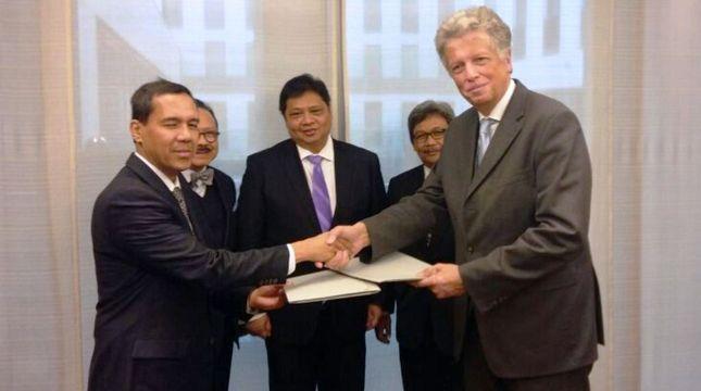 Menteri Perindustrian Airlangga Hartarto menyaksikan MoU antara CEO of Ferrostaal Klaus Lesker kepada Direktur Investasi PT. Pupuk Indonesia, Gusrizal di Dusseldorf, Jerman. (Foto: IST)