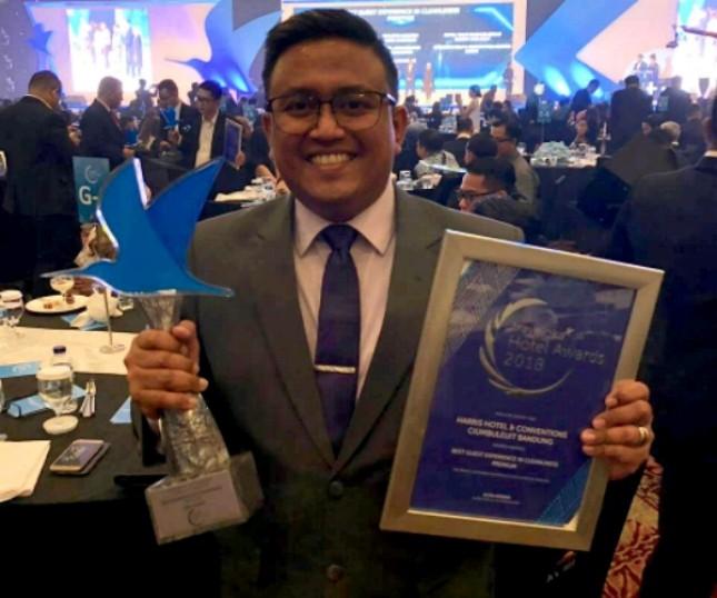 General Manager HARRIS Hotel & Conventions Ciumbuleuit Bandung Benedictus Jodie saat menerima penghargaan Traveloka Hotel Awards