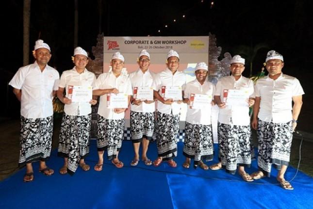 Ichsan Harison, General Manager Hotel Dafam Teraskita Jakarta, (ketiga dari kiri) berfoto bersama para General Manager Hotel Dafam lainnya pada acara Workshop ke-7 di Bali