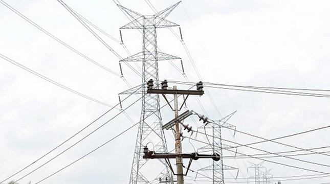 Ilustrasi jaringan listrik PLN. (Dimas Ardian/Bloomberg)
