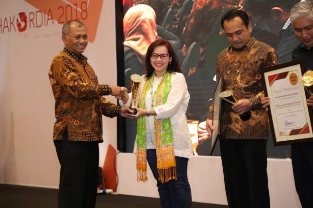 Ketua KPK Agus Rahardjo (paling kiri) menyerahkan penghargaan kepada Telkom sebagai Instansi dengan Penerapan Laporan Harta Kekayaan Penyelenggara Negara (LHKPN) Terbaik Tahun 2018 kepada Senior Advisor Direktorat Human Capital Management Telkom Dian