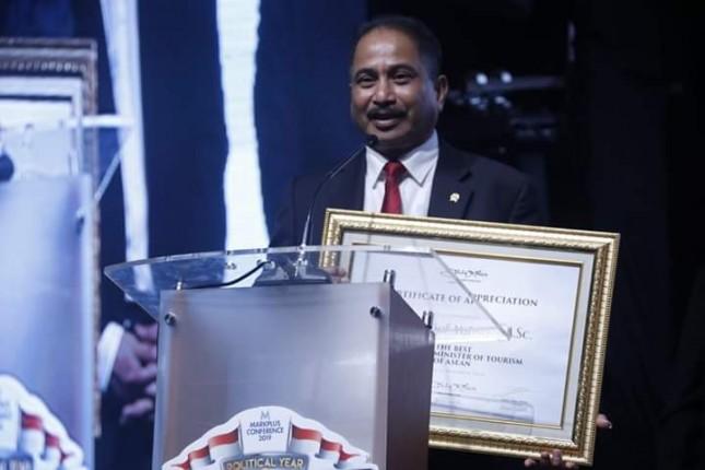 Menteri Pariwisata Arief Yahya saat menerima penghargaan sebagai The Best Marketing Minister Of Tourism Of ASEAN 2018 (Foto: Kemenpar)