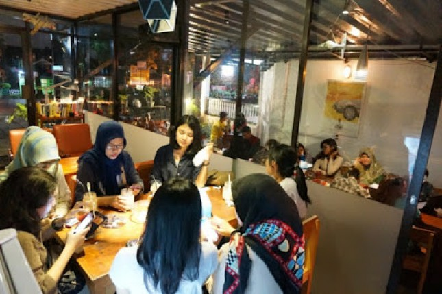 Suasana cafe yang ditongkrongi anak muda