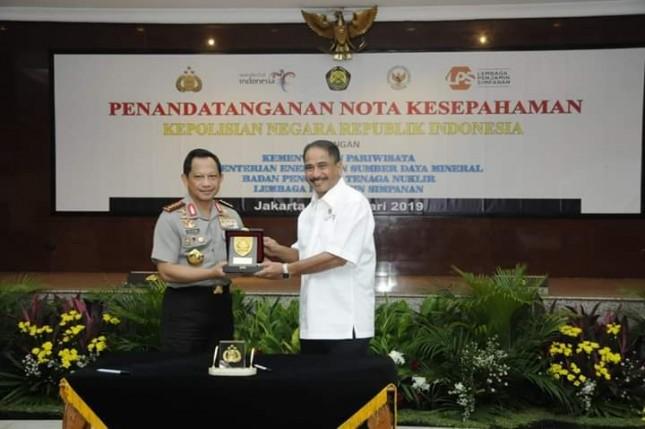 Menteri Pariwisata Arief Yahya bersama Kapolri Tito Karnavian saat menandatangani MoU sektor Pariwisata (Foto: Kemenpar)