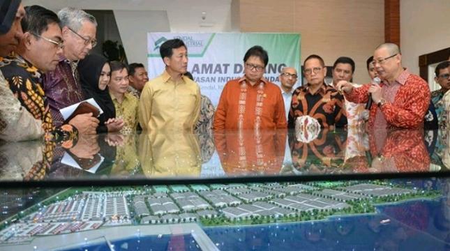 Menteri Perindustrian Airlangga Hartarto saat mengunjungi Kawasan Industri Kendal