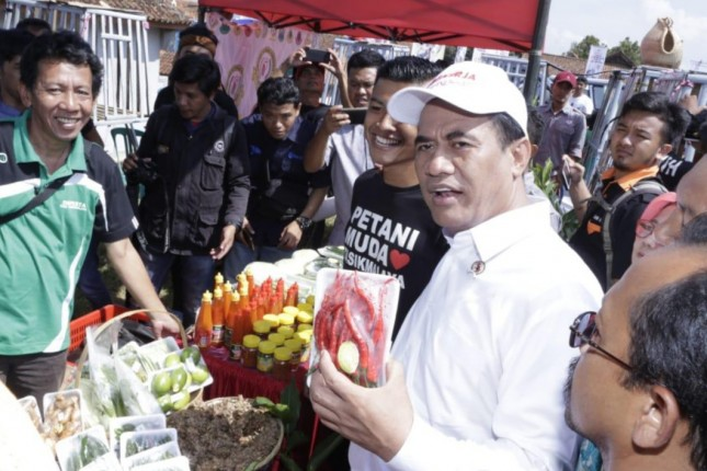 Mentan Amran Sulaiman saat memperlihatkan komoditas pertanian yang sudah siap edar