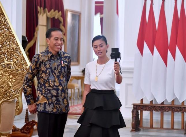 Presiden Jokowi Ngevlog bareng Agnez Mo di Istana Merdeka