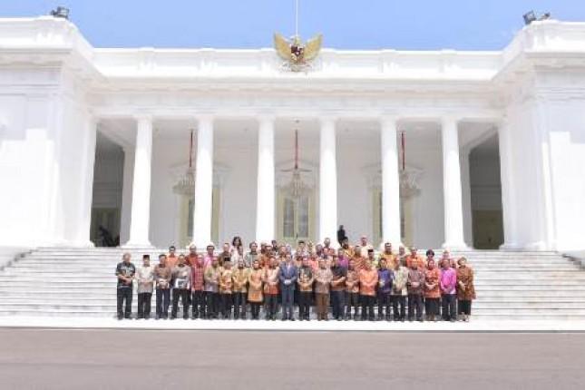 Presiden Joko Widodo berpose bersama jajaran pimpinan Dewan Koperasi Indonesia (Dekopin) usai audiensi di depan Istana Negara, Jakarta, Senin (7/1/2019). Sumber Foto: Dokumen Setjen Dekopin