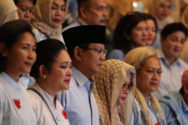 Prabowo diapit tiga putri almarhum Soeharto