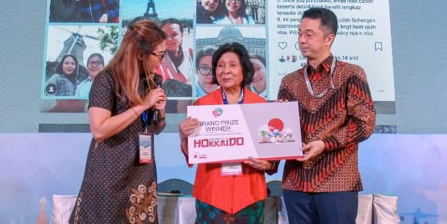 Hiroki Waki dan Maria Susana Mengapit Pemenang Undian Travel Sompo Inssurance
