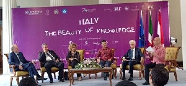 (Ki-ka): Dr. Nicola Bianchi, Italian Scientific Attache, Dr. Luca Mosele, kurator pameran, Dr. Carla Giusti, kurator pameran, Dino R. Kusnadi, Direktur Eropa I, Kemenlu, Mr. Vittorio Sandalli, Duta Besar Italia untuk Indonesia
