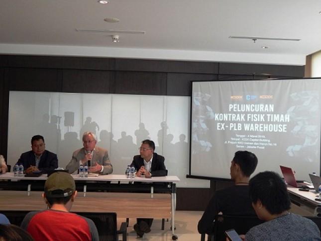 CEO ICDX, Lamon Rutten, dalam konferensi pers di Jakarta sedang memberikan penjelasan kepada wartawan sehubungan dengan Peresmian Peluncuran Kontrak Fisik Timah Murni lewat Pusat Logistisk Berikat (PLB). (Foto Abe)
