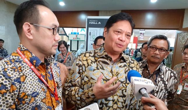 Menteri Perindustrian Airlangga Hartarto bersama Ketua Umum Asaki Edy Suyanto (Foto: Ridwan/Industry.co.id)