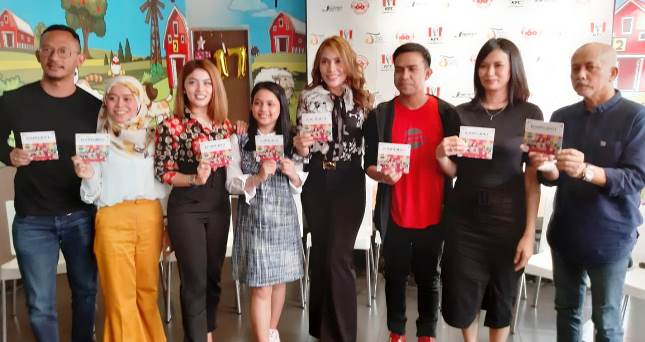 Para Penyanyi, Produser dan Perwakilan JMSI, memamerkan album Kompiladut yang baru diluncurkan