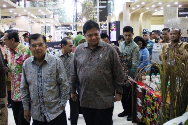 Wakil Presiden RI Jusuf Kalla bersama Menteri Perindustrian Airlangga Hartarto saat melihat Pameran Produk Warga Binaan Lembaga Pemasyarakatan (Foto: Kemenperin)