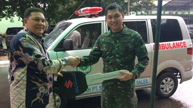 Ariadi Direktur PT Sejahtera Buana Trada menyerahkan APV Ambulance