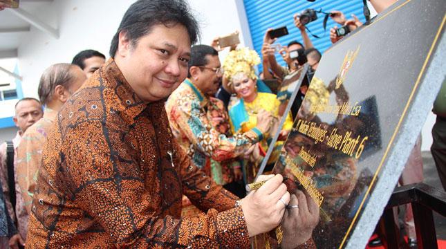 Menteri Perindustrian Airlangga Hartarto Menandatangi Prasasti Tanda Peresmian Pabrik GP6 PT. Medisafe Technologies di Deli Serdang, Sumatera Utara