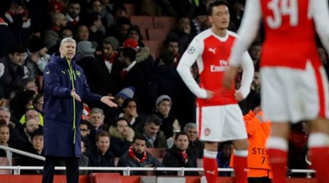 Pelatih Arsenal Arsene Wenger memberikan instruksi kepada pemainnya. (Tolga Akmen/Anadolu Agency/Getty Images)