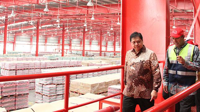 Menteri Perindustrian Airlangga Hartarto Bersama Presiden Direktur Coca Cola Amatil Indonesia Kadir Gunduz