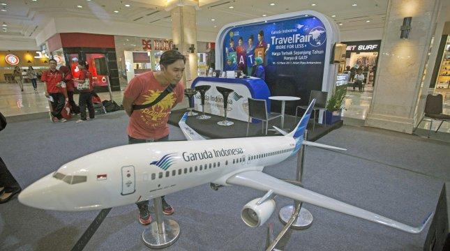 Pengunjung mengamati pesawat milik maskapai penerbangan PT Garuda Indonesia pada Garuda Indonesia Travel Fair (GATF) 2017 di DI Yogyakarta, Jumat (10/3). (ANTARA /Andreas Fitri Atmoko)