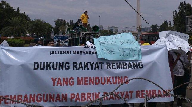 Demonstrasi masyarakat Rembang mendukung pabrik semen, Selasa (14/3). (Foto: IST)