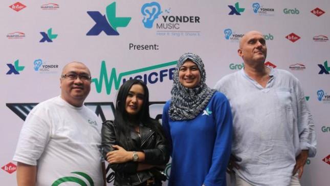 (ki-ka) Marketing Director Grab Indonesia, Mediko Azwar, Cita Citata, Head of OTT & VAS PT XL Axiata Tbk, Datin Dr. Masdiana Sulaiman, Founder & CEO Yonder Music, Adam Kidron; saat acara peluncuran single Cita Citata