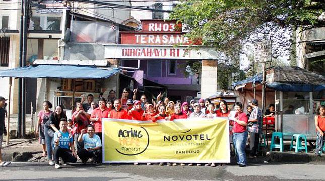 Tim Novotel Bandung foto bersama Warga Terasana RW 03 Dalam Program Corporate Social Responsibility (CSR) Untuk Memperingati World Earth Day
