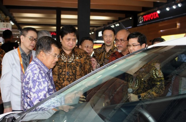 Menperin, Airlangga Hartarto bersama Wakil Presiden, Jusuf Kalla saat melihat salah satu mobil di ajang IIMS 2017