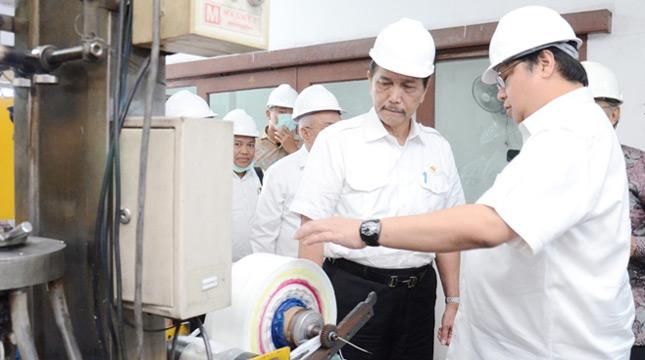 Menteri Perindustrian Airlangga Hartarto bersama Menteri Koordinator Bidang Kemaritiman Bapak Luhut Binsar Panjaitan tinjau pengembangan biodegradable plastic (Kemenperin doc.)