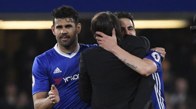 Penyerang Chelsea Diego Costa memeluk pelatih Antonio Conte. (Foto: Chelsea.com)