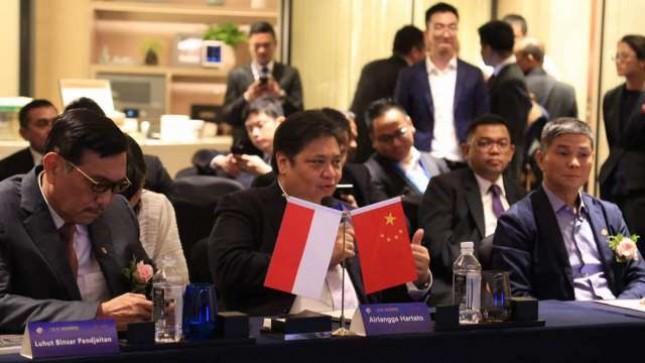 Menteri Koordinator Kemaritiman Luhut Binsar Panjaitan dan Menteri Perindustrian Airlangga Hartarto, dalam pertemuan dengan para investor asal Tiongkok di Beijing, Tiongkok. Sabtu (13/5)