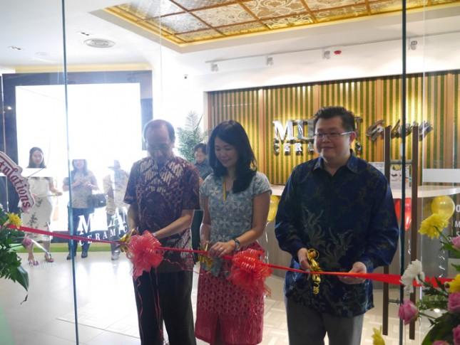 CEO Milan Keramik Erlin Tanoyo meresmikan galeri keramik milan di hayam wuruk jakarta - foto Dok Milan Keramik