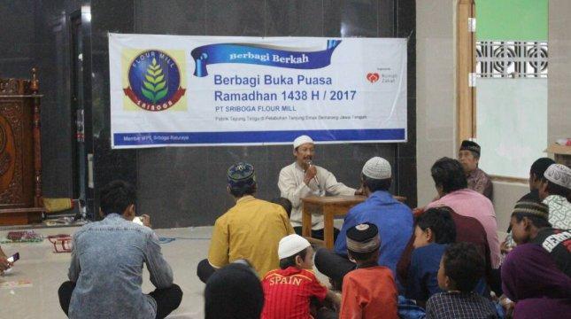 PT Sriboga Flour Mill yang bekerjasama dengan Rumah Zakat dalam penyaluran program Ramadhan di masjid As Salam, Semarang. (Foto: IST)