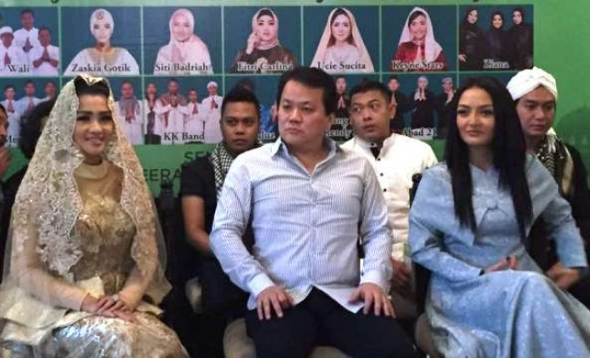 Fitri Carlina (kiri) bersama Produser Nagaswara Rahayu Kertawiguna dan Siti Badriah