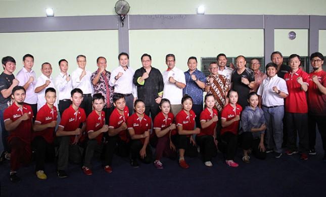 Menteri Perindustrian, Airlangga Hartarto berfoto bersama Atlet Wushu SEA Games 2017