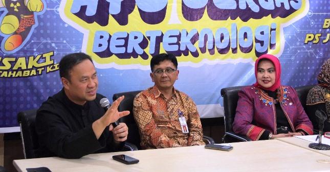 Ary Ginanjar (Paling Kiri) bersama Kepala Batan Prof. Djarot dan Pengurus Lembaga Kemanusian ESQ