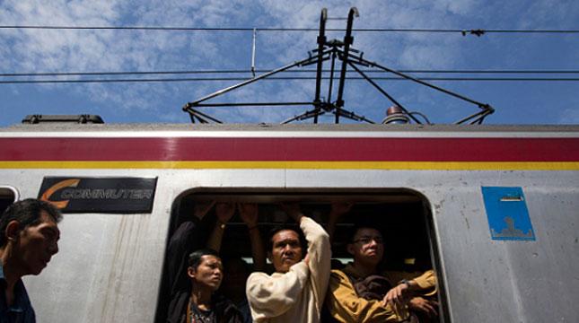 Ilustrasi penumpang Commuter Line Jabotabek. (Tomohiro Ohsumi/Getty Images)