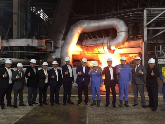Menteri Perindustrian, Airlangga Hartarto bersama Dirjen ILMATE Kemenperin, I Gusti Putu Suryawirawan saat mengunjungi pabrik baja Posco di Gwangyang, Korea Selatan