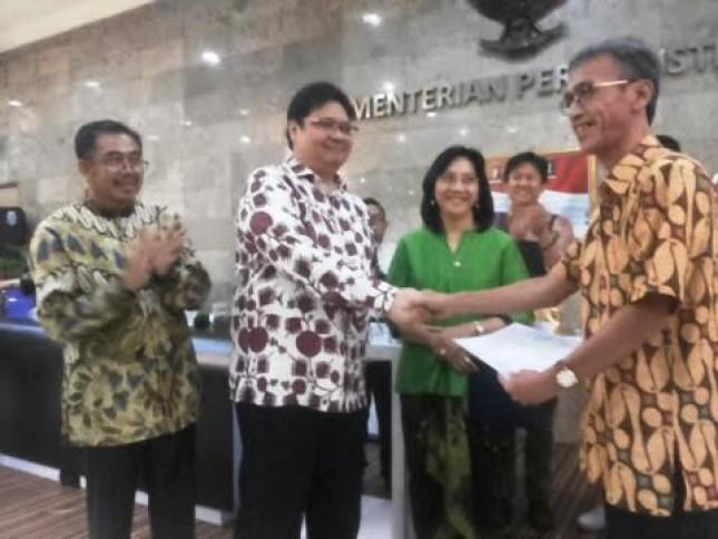Menteri Perindustrian, Airlangga Hartarto saat menyerahkan bantuan alat pengolahan kopi kepada Dinas Perindustrian dan Perdagangan Provinsi Lampung (Foto Ridwan)