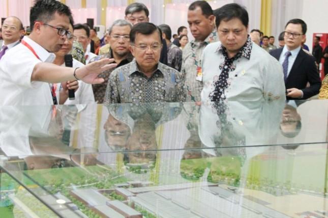 Menteri Perindustrian, Airlangga hartarto bersama Wakil Presiden, Jusuf Kalla saat meresmikan pabrik PT SGMW Motor Indonesia