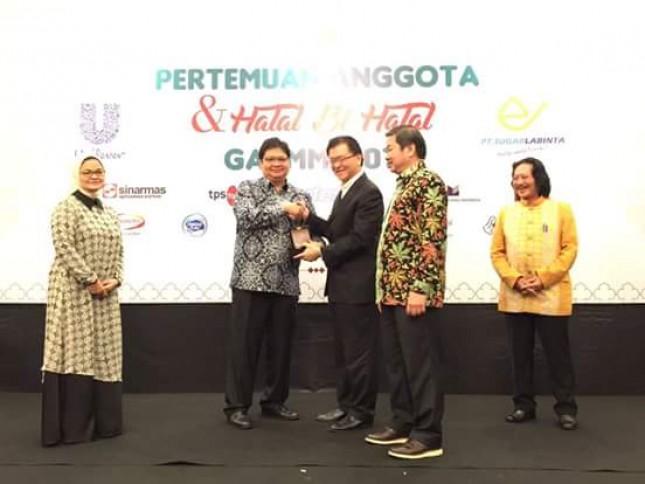 Menteri Perindustrian, Airlangga Hartarto bersama Ketua Umum Gabungan Pengusaha Makanan dan Minuman Indonesia (GAPMMI), Adhi Lukman saat acara Halal Bihalal anggota GAPMMI
