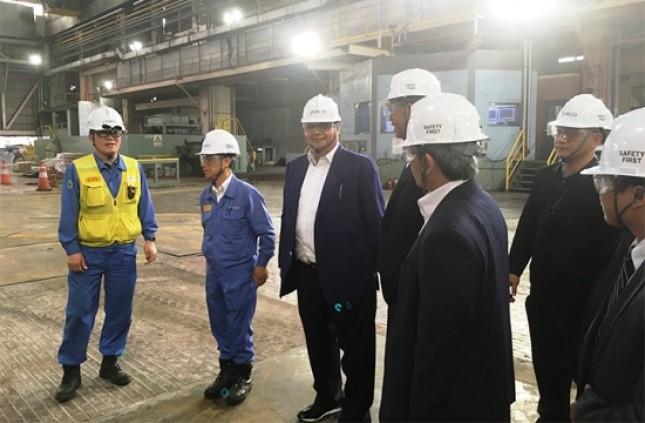 Menperin Airlangga Hartarto saat berkunjung ke pabrik baja. (Foto Humas)