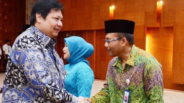 Menteri Perindustrian Airlangga Hartarto memberikan ucapan selamat kepada Kepala Badan Penelitian dan Pengembangan Industri Kementerian Perindustrian seusai pelantikan di Kementerian Perindustrian, Jakarta, 19 Juni 2017.