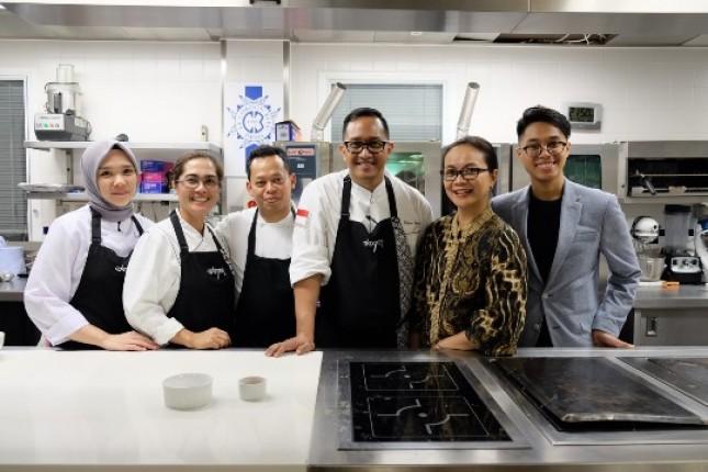 Chef Degan (tengah) membawa tim kuliner Indonesia ke London, bersama (dari kiri ke kanan) Jessica Aranda, Ida Ayu Periyanti, Usman Tobin, Nike Kurnia dan pemrakarsa ajang Indonesian Ardito Widjono. (Foto Ist)