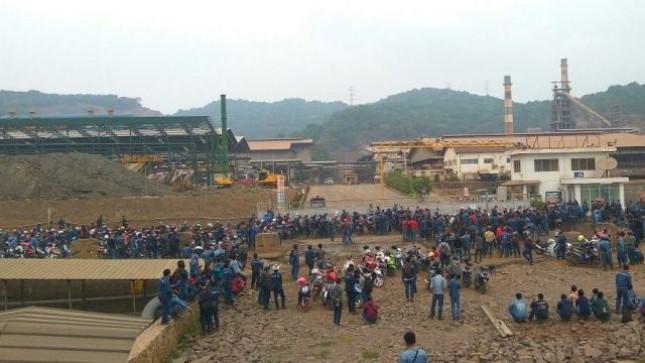Nampak Karyawan yang di-PHK PT Indofero berkumpul didepan gerbang masuk karena pintu gerbang yang ditutup. / dok PT Indoferro